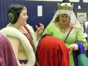 discussing-headgear-at-laurel-prize-tourney-murienne-corbeau-and-mistress-kaitlyn